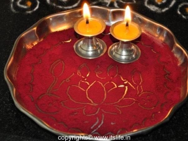 Arathi Thatte – Plate Decoration with Vermilion