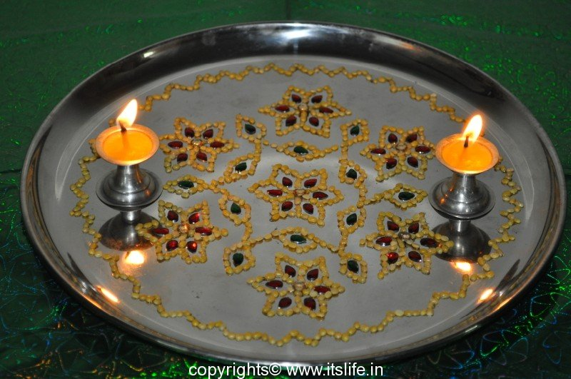 Arathi thatte plate decoration with split green gram for Aarthi plates decoration