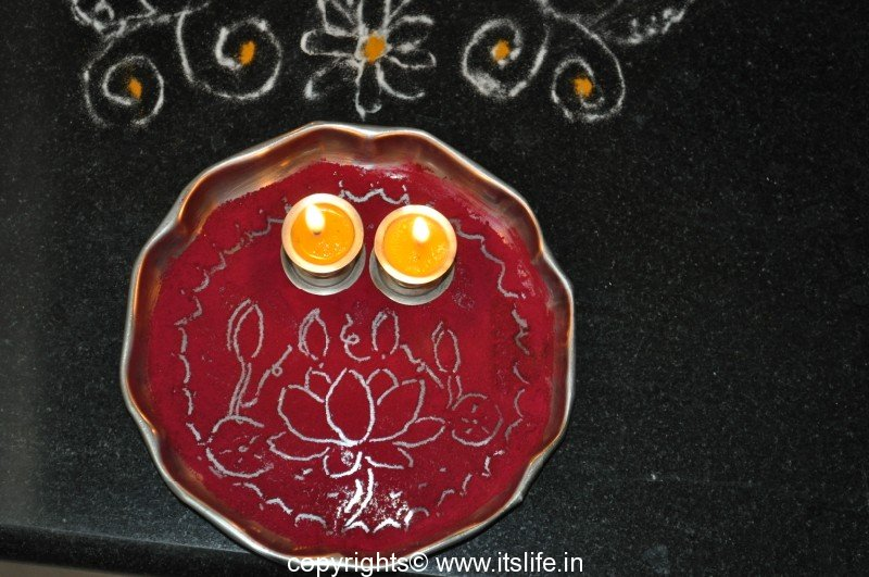 Arathi thatte plate decoration with vermilion for Aarathi plates decoration