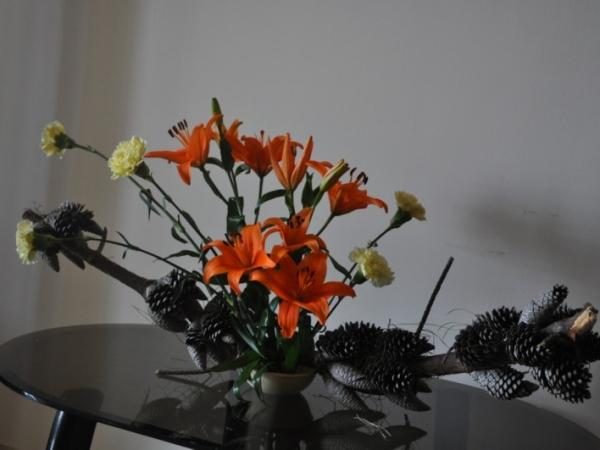 Flower arrangement hobby ikebana lily flower arrangement for Do it yourself flower arrangements