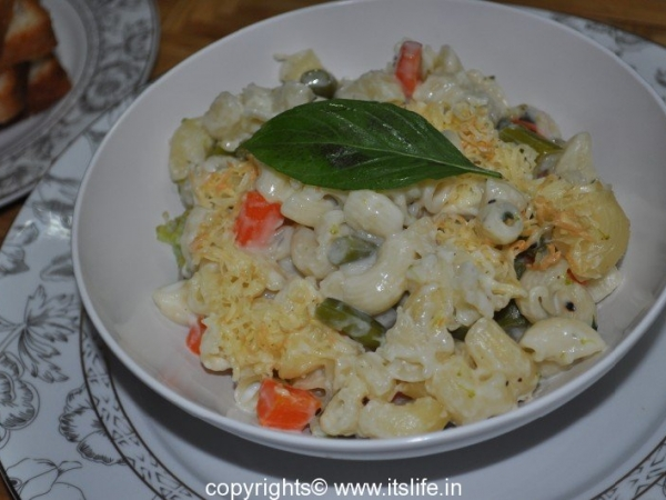 Baked Pasta and Vegetables in White Sauce
