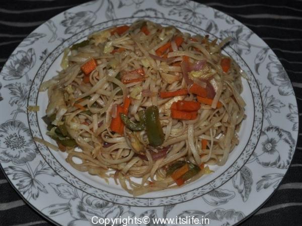 Flat Noodles tossed in Vegetables
