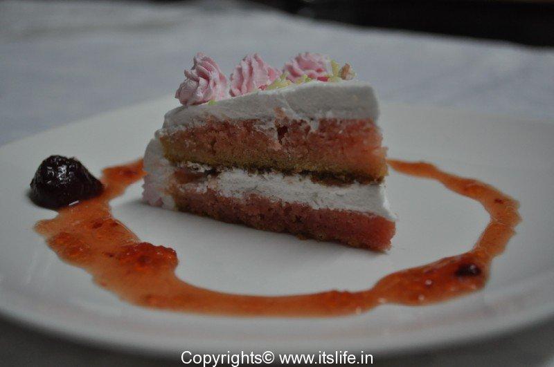 Eggless Strawberry Cake With Strawberry Crush